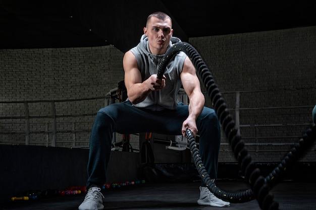 Портрет спортсмена, тренирующегося со скакалкой.