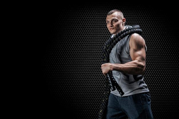 그의 어깨에 로프와 함께 선수의 초상화. 스포츠와 건강한 생활 방식의 개념입니다. 혼합 매체