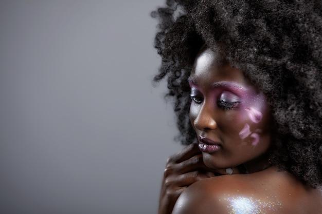 美しいメイクと黒髪の魅力的なアフリカ系アメリカ人女性の肖像画
