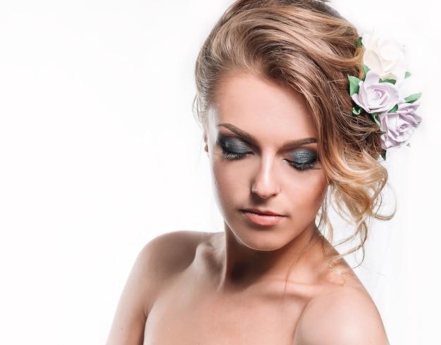 美しいヘアカットを持つ魅力的な花嫁の肖像画。理髪の概念