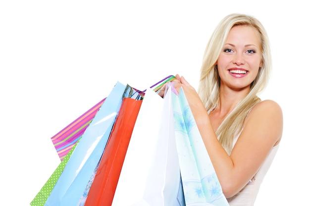 魅力的な笑う金髪の女性の肖像画は、買い物後に購入を提示します