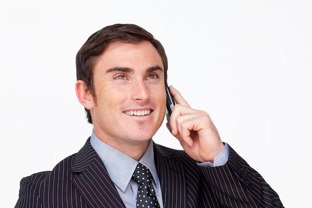 モバイルで魅力的な笑顔のビジネスマンの肖像