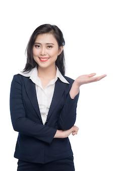 Портрет привлекательной молодой коммерсантки показывая руками изолированными на белизне.