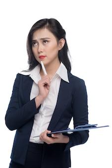 Портрет привлекательной молодой бизнес-леди с синей папкой, изолированной на белом фоне