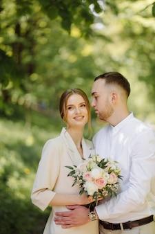 屋外で恋をしている魅力的な若いカップルの肖像画