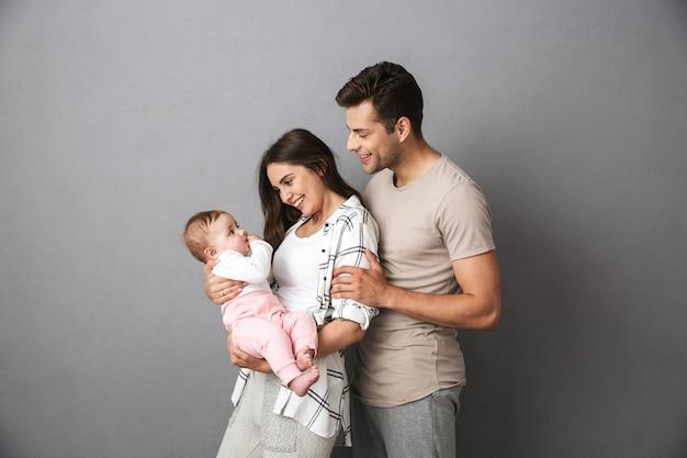 魅力的な若い家族の肖像