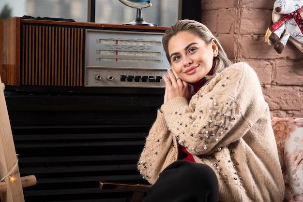 레코드 플레이어에서 매력적인 젊은여자가 듣는 음악의 초상화