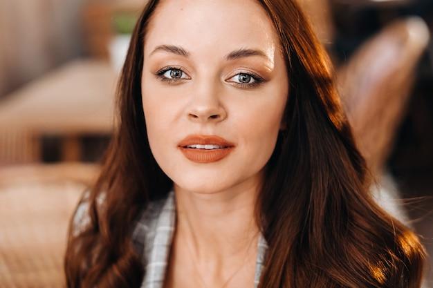 Портрет привлекательной молодой женщины, сидящей в кафе. кафе городского стиля жизни. случайный портрет.