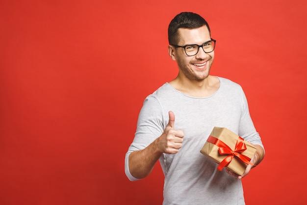 Портрет случайного человека, дающего подарочную коробку