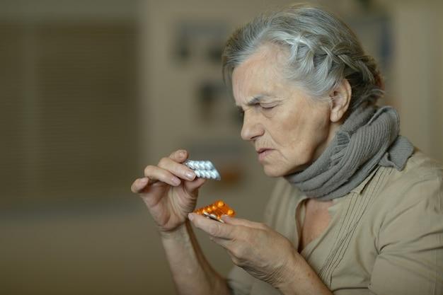 흰색 배경 위에 아픈 노인 여성의 초상화