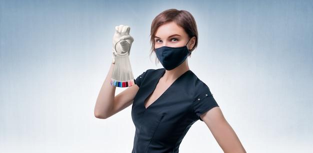 Портрет элегантной красивой девушки с набором палитры ногтей в руке. концепция салонов красоты, маникюра, педикюра, ухода за ногтями. смешанная техника