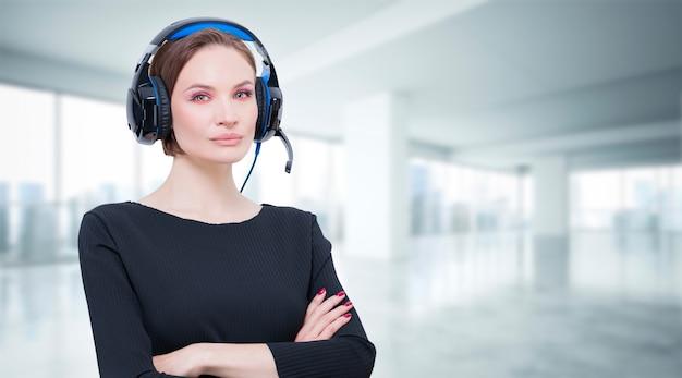Портрет элегантной женщины с гарнитурой. концепция поддержки клиентов. смешанная техника
