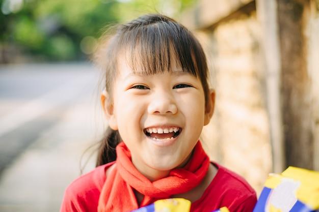 6 살짜리 아시아 아이의 행복한 미소와 웃음의 감정적 인 얼굴 표현의 초상화