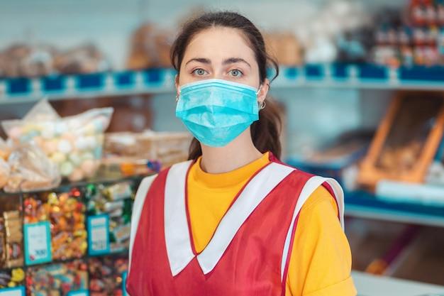 그의 얼굴에 의료 마스크와 제복을 입은 직원의 초상화. 코로나 바이러스 대유행 중 예방 조치의 개념.