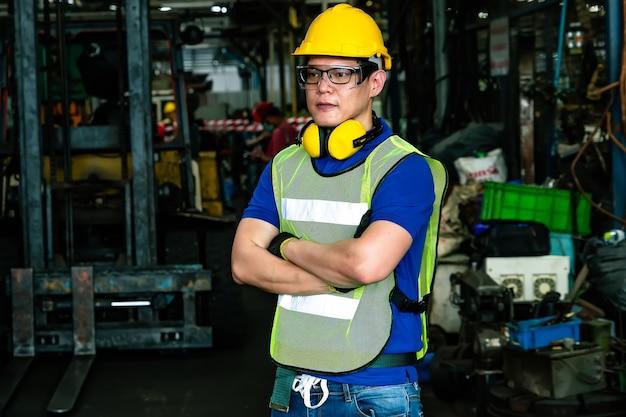 Портрет инженера, позирующего на заводе