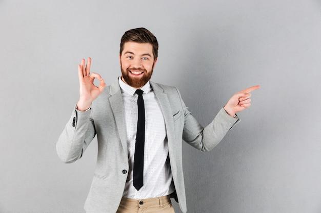 Портрет возбужденного бизнесмена, одетого в костюм