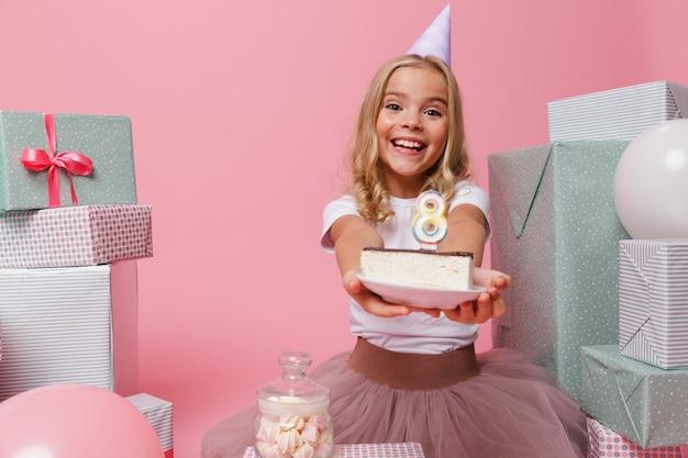 Портрет возбужденной маленькой девочки в шляпе на день рождения