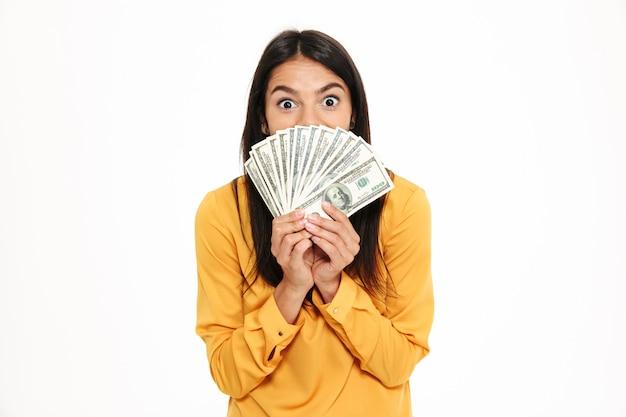 Портрет взволнованная женщина, держащая кучу денег