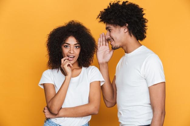 興奮している若いアフロアメリカンのカップルの肖像画