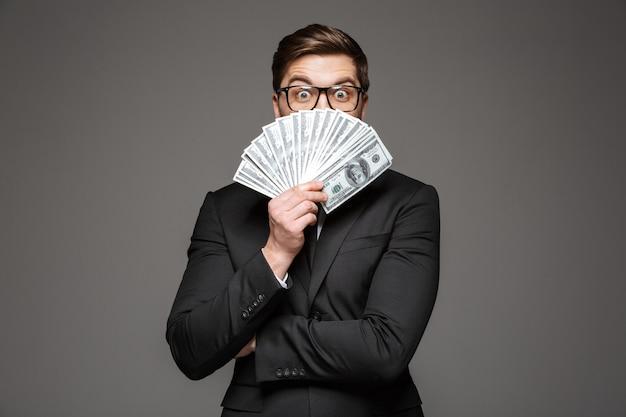 Портрет возбужденного молодого бизнесмена