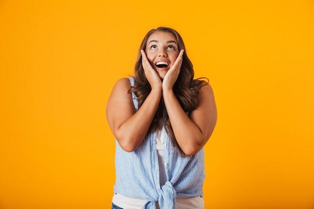 Портрет возбужденной молодой случайной женщины, празднующей успех