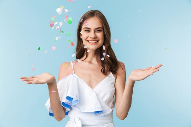 Портрет возбужденной молодой девушки в летней одежде