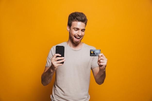携帯電話を持って興奮している若い男の肖像画
