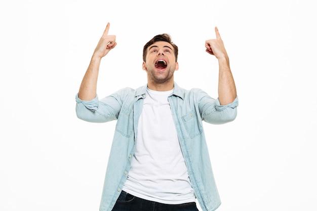 立っている興奮している若い男の肖像