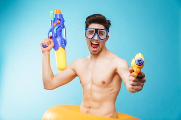 Портрет возбужденного молодого человека без рубашки в плавательных очках