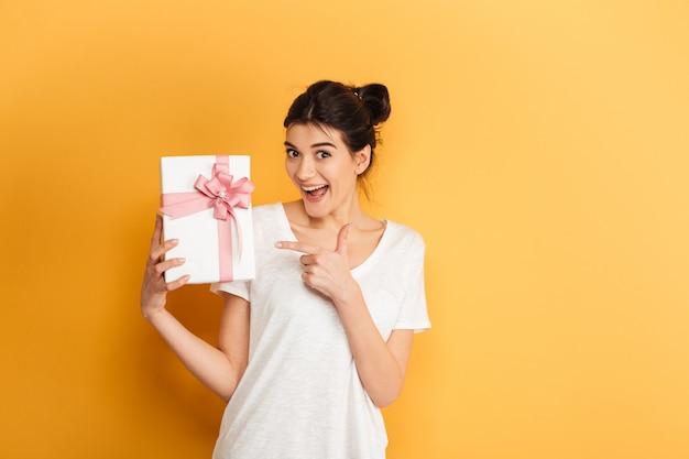 プレゼントボックスを保持している興奮している若い女性の肖像画