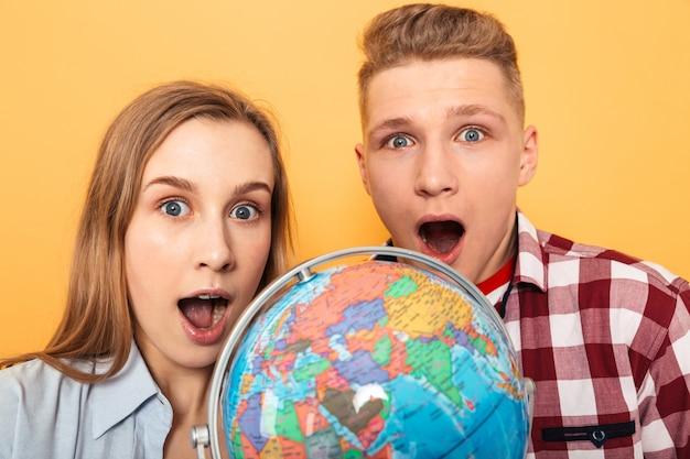 Портрет возбужденной школьной пары-подростка