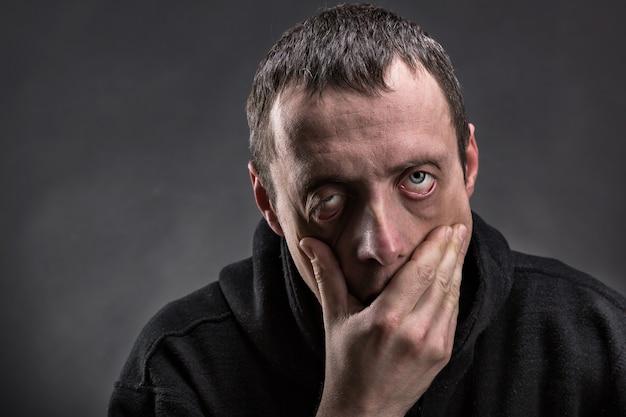 Портрет измученного мужчины