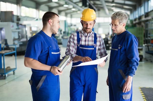 Портрет красивого инженера, работающего на заводе металлургической промышленности