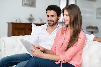 タブレットを使用して幸せな夫婦の肖像画。