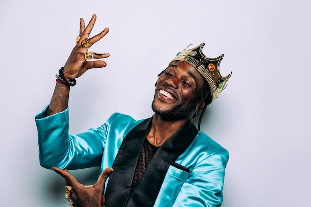 ヒップホップミュージックミュージシャンの肖像画。パーティー服や宝石を身に着けている男の映画のイメージ