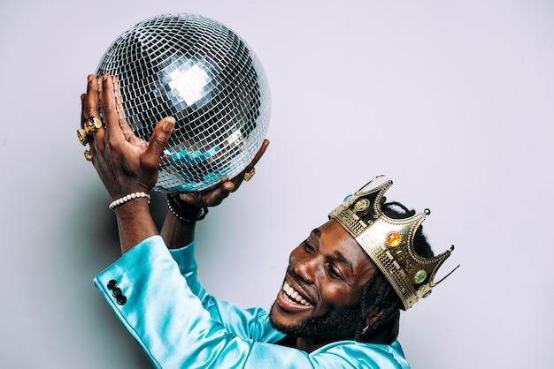 Портрет музыканта хип-хопа. кинематографическое изображение мужчины в праздничной одежде и драгоценностях