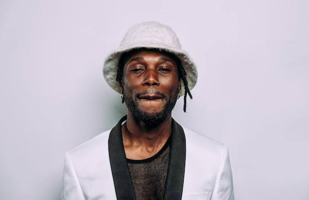 힙합 음악가의 초상화 흰 옷과 보석을 입은 남자의 영화적 이미지