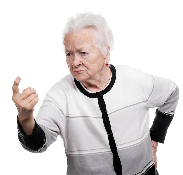Портрет старухи в гневном жесте изолированы