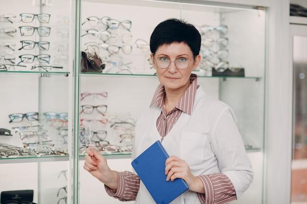 Портрет взрослой женщины среднего возраста офтальмолог оптометрист