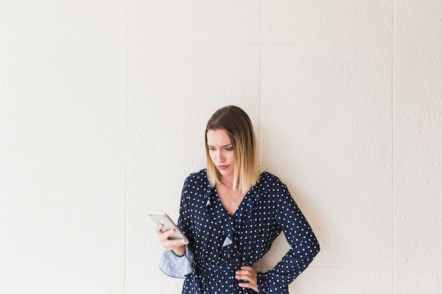 Портрет несчастной женщины, держащей мобильный телефон