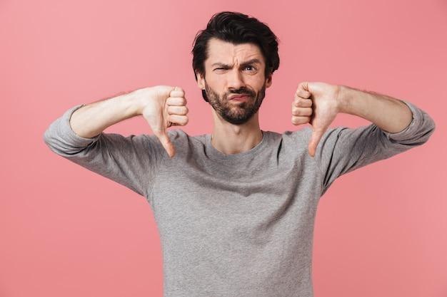 Портрет расстроенного бородатого мужчины, стоящего над розовым, показывает палец вниз
