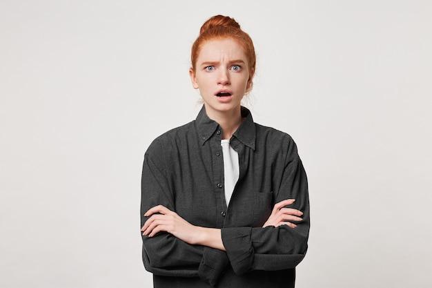 腕を組んで立っている動揺した不満の女性の肖像画。