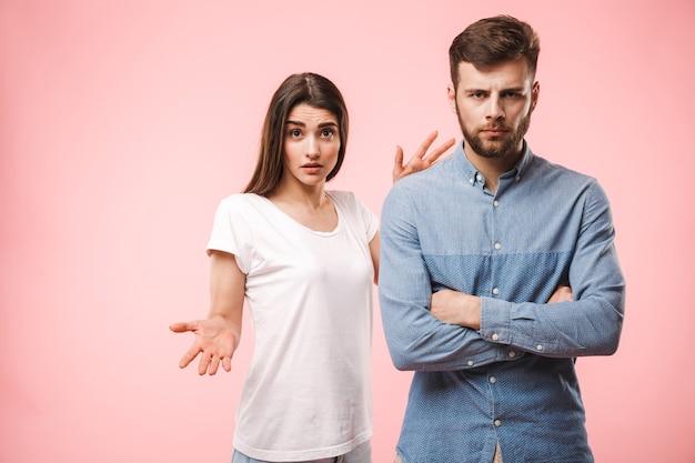 Портрет расстроенной молодой пары, спорящей