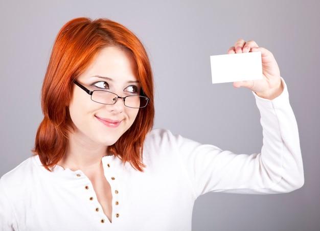 빈 흰색 카드와 함께 젊은 아름 다운 행복 한 여자의 초상화