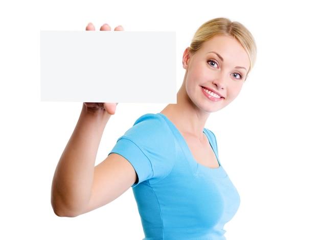 작은 빈 광고 카드와 함께 젊은 아름 다운 웃는 여자의 초상화