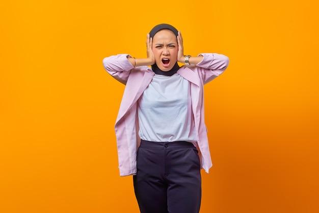 彼女の耳を覆っている怒っている実業家の肖像画、私に頭痛を与えるその大きな音を立てるのをやめなさい