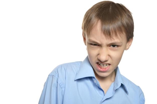 흰색 바탕에 화난 어린 소년의 초상화