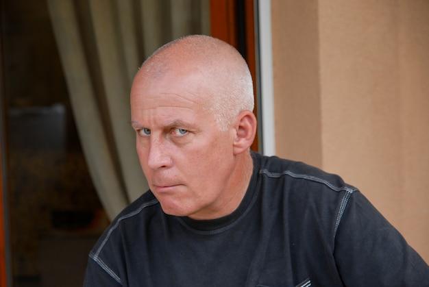屋外で怒っている成熟した男の肖像画