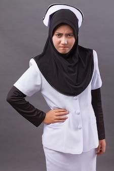 怒っているイスラム教徒の看護師の肖像画