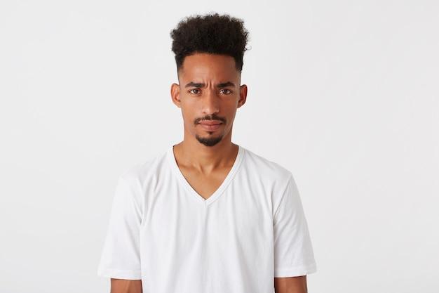 怒っている深刻なアフリカ系アメリカ人の若い男の肖像画